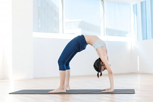 Làm thế nào để ngã người về sau xuống tư thế Yoga Wheel Pose an toàn | YogaPlus